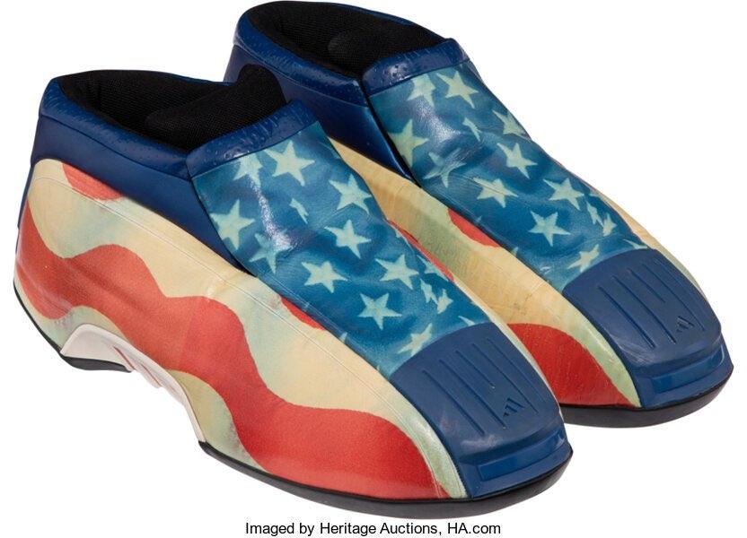 Именные кроссовки Кобе Брайанта «USA» Kobe Twos, подаренные легендарным игроком «Лейкерс» Леброну Джеймсу в 2002 году, проданы на аукционе Heritage Auction за 156 000 долларов