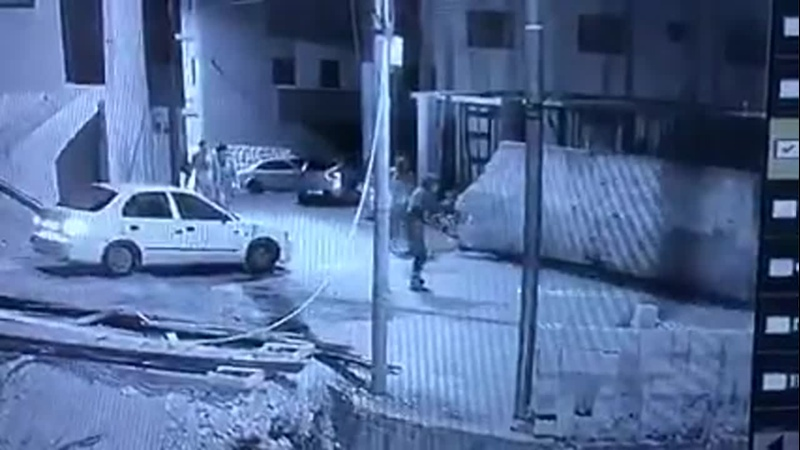 Оккупационные силы стреляют в молодых людей и преследуют их в деревне Дейр Низам к северо западу от Рамаллы