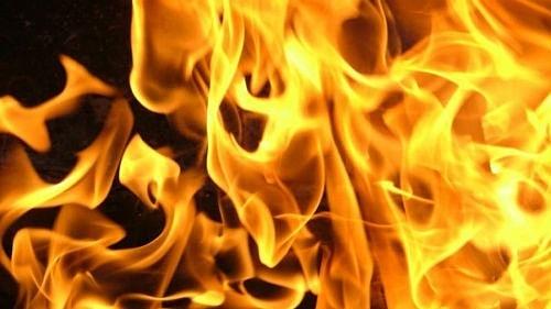 Вчера вечером в Петровске, на территории одного из частных домовладений на улице Весенней, горело хозстроение