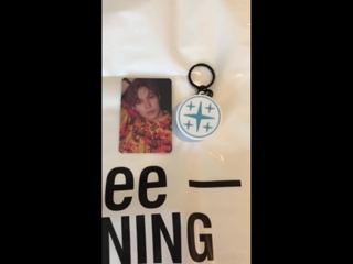 [VIDEO] 180109 - Entre os goods da SHINee Party, tem um chaveiro que vem com uma mensagem