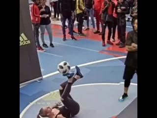 Девушка очень круто владеет мячом ltdeirf jxtym rhenj dkflttn vzxjv