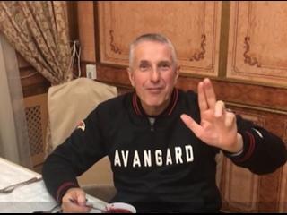 """Тренер омского """"Авангарда"""" Боб Хартли пообещал отправить бывшему форварду """"ястребов"""" Илье Михееву несколько кастрюль борща"""