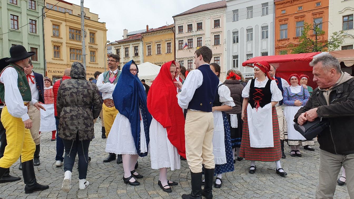 Был дождик и девушки кутались в юбки :)