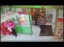 Девушка зашла со своей корзиной в магазин, набрала ее полную, а после ее ждали на выходе чтоб открылась дверь так как она работа