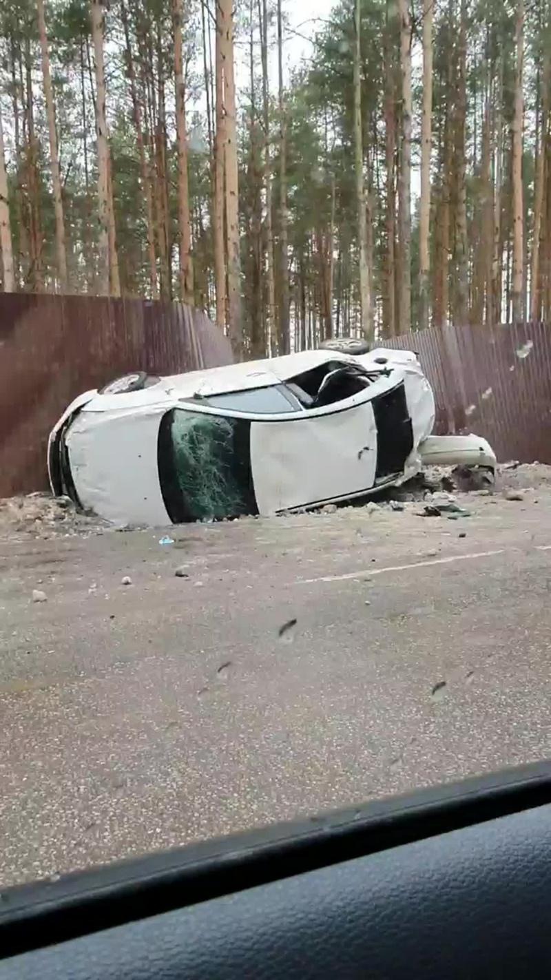 По дороге к Охта Парку легковушке вылетела с дороги и перевернулась.