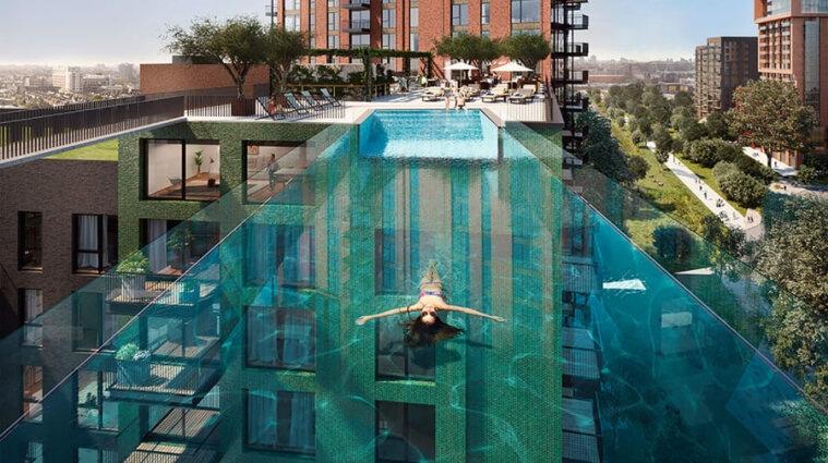 Стеклянный бассейн установили между двумя многоэтажками в Лондоне