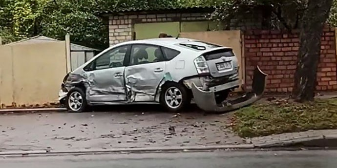Авария на Орловке: Toyota оказалась на тротуаре