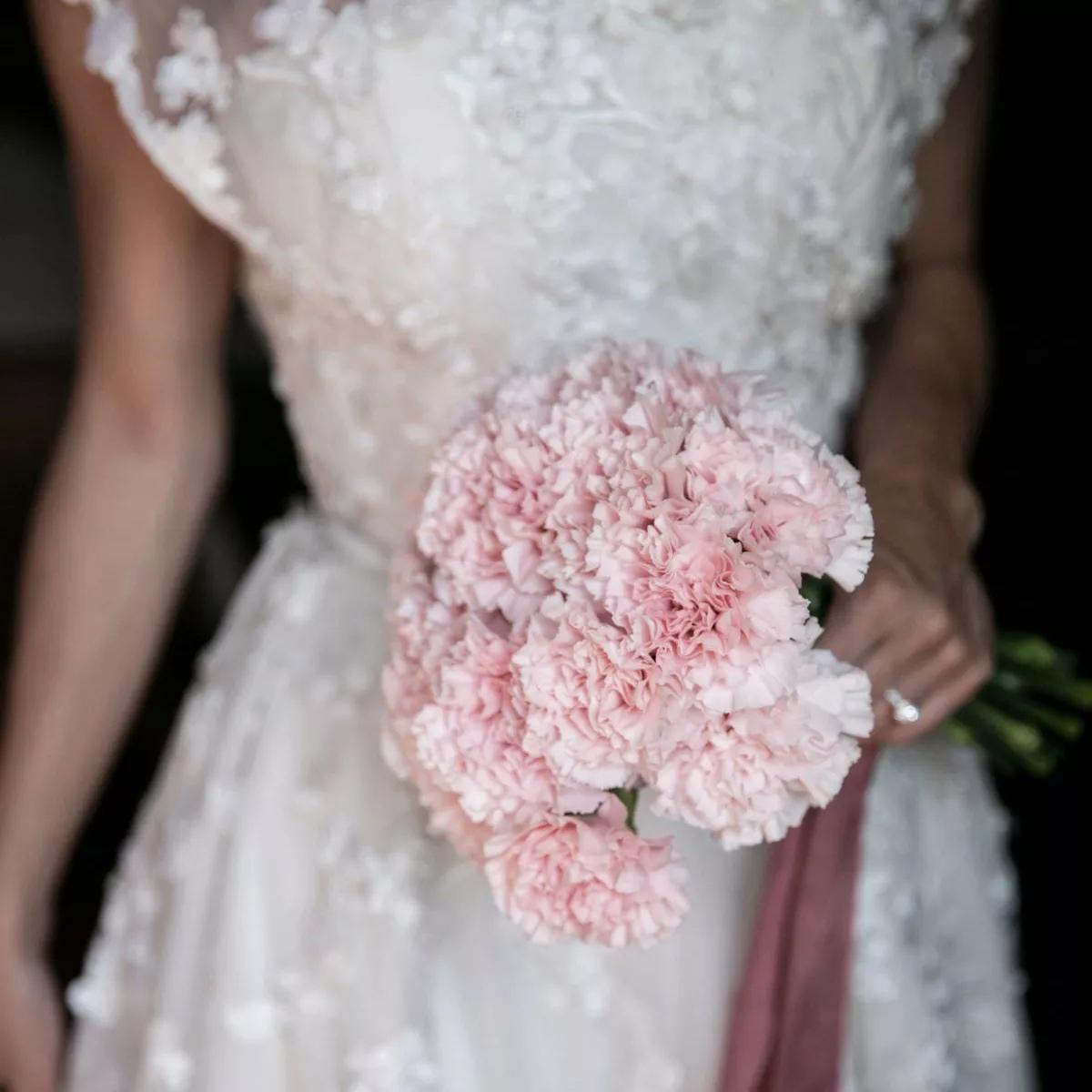 SxclMxvBsS0 - Свадебные букеты с гвоздиками - фото