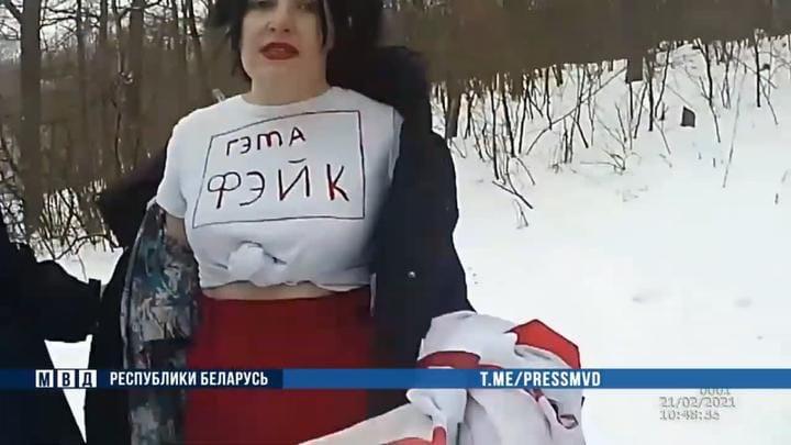 Под Минском ОМОН задержал людей, которые хотели сфотографироваться с флагами. Итог: «сутки» и штраф.