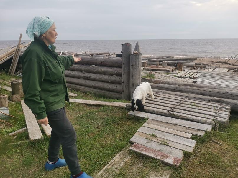 Галина Вениаминовна показывает укрепление заднего двора своего дома