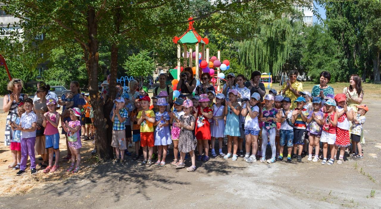 Алексей Кулемзин открыл детские площадки в трех районах Донецка