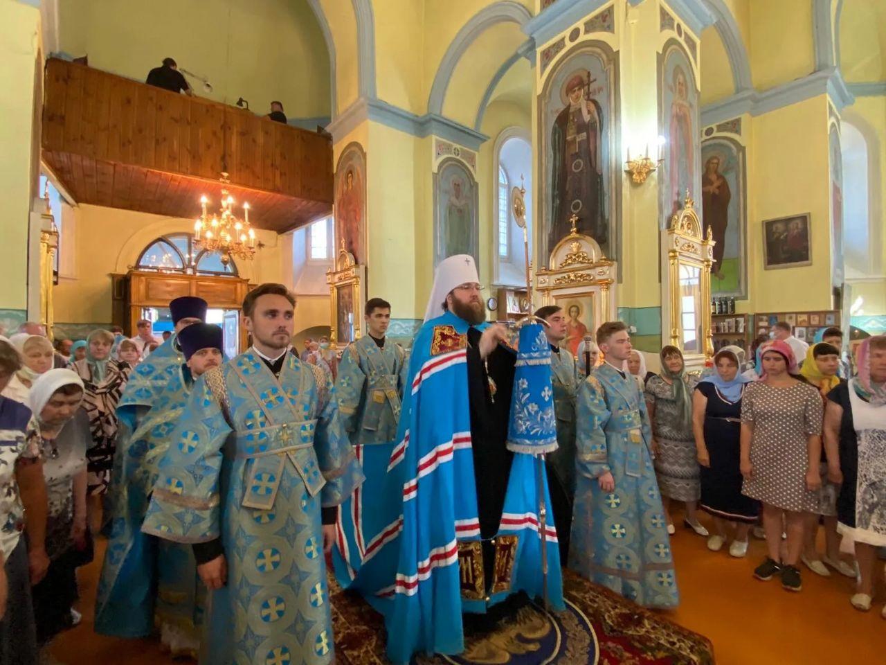 Митрополит Саратовский и Вольский ИГНАТИЙ проводит богослужение в Казанском храме Петровска
