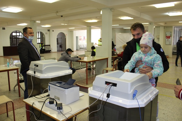 Вместе со взрослыми приходят на избирательные учас...