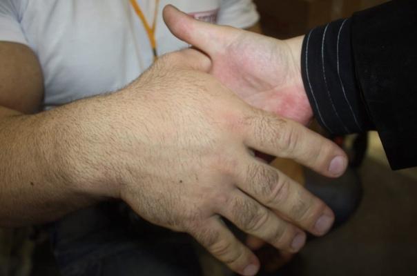 Российский спортсмен и чемпион по армрестлингу Денис Цыпленков показал свои огромные руки с помощью которых он одержал не одну сотню побед Размеры действительно