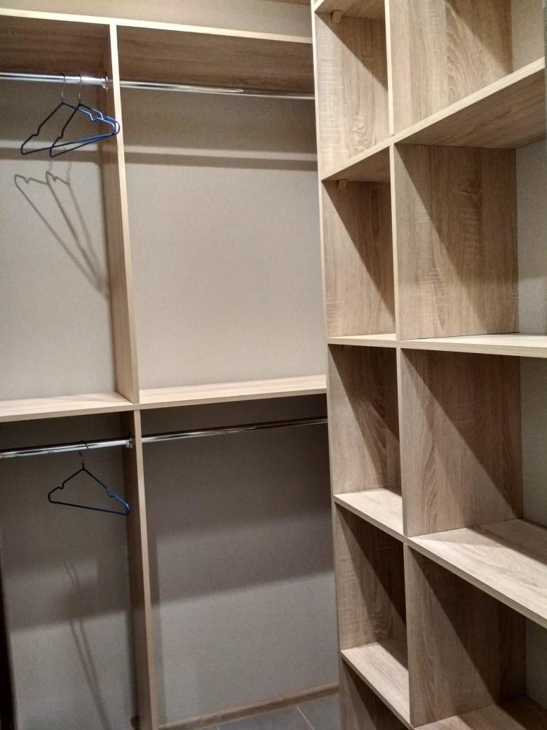 Пример, как можно отделить кухню в широкой студии.