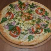 Ветчина, помидоры, лук репчатый, фирменный сметанный соус, зелень, сыр моцарелла.710 гр