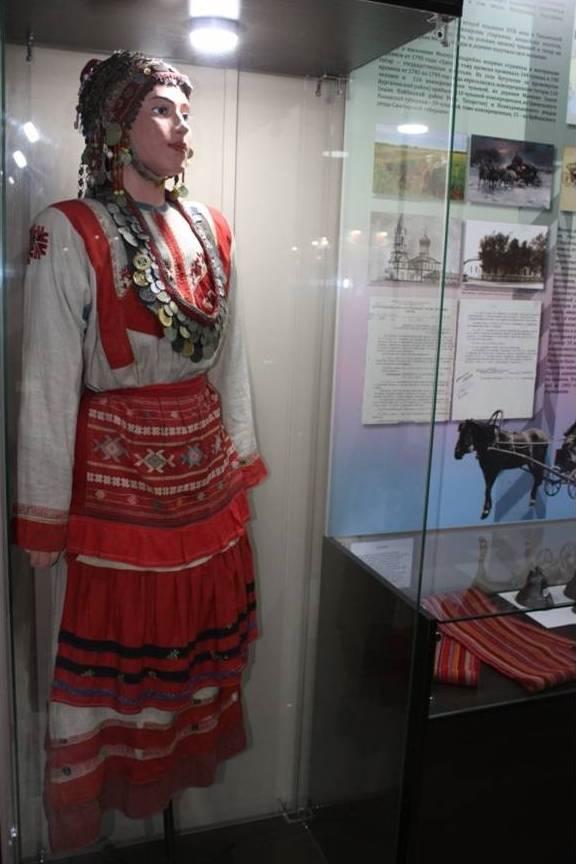 Чувашский домотканый свадебный костюм, изготовленный в начале XX века. Мелеузовский историко-краеведческий музей