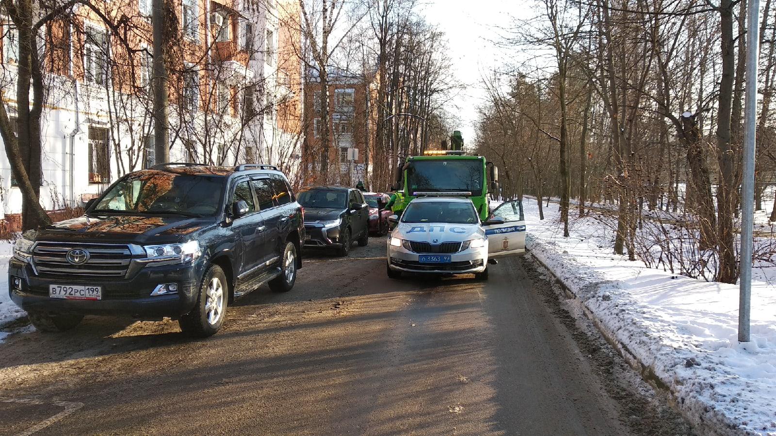 Таскают машины с мест для инвалидов.
