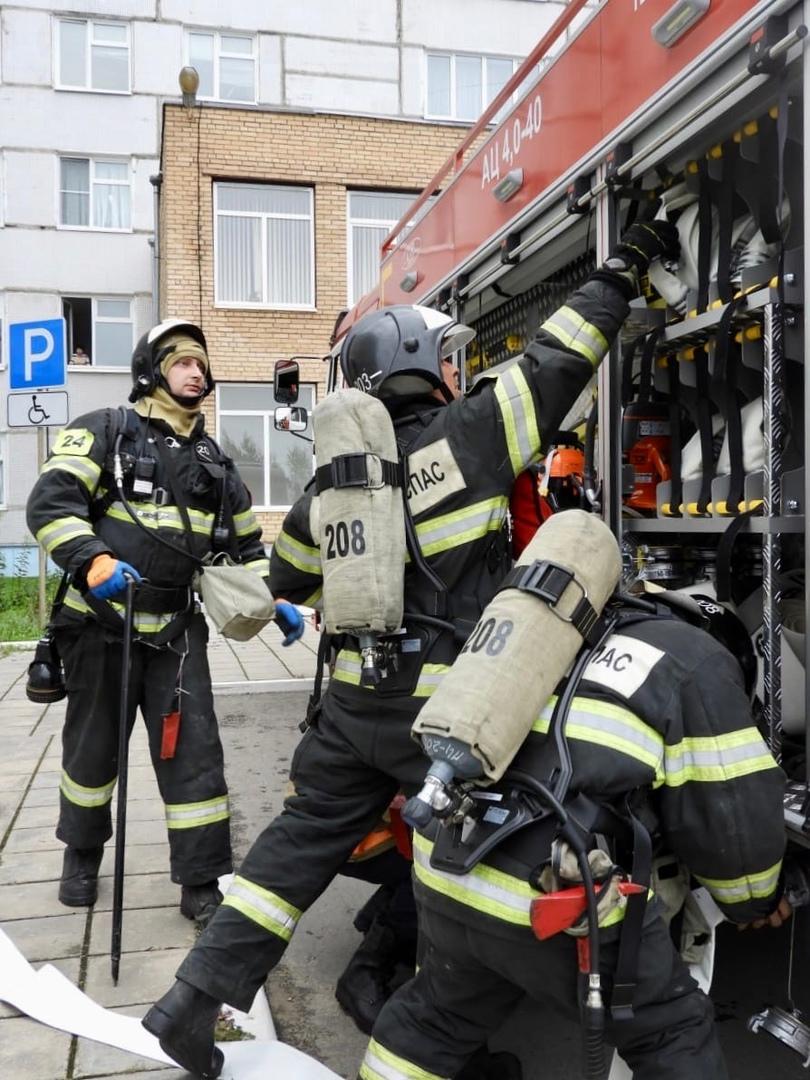 Вчера работники 208-й, 336-й пожарных частей, а также 203-й пожарно-спасательной части #Мособлпожспас приняли участие в пожарно-тактических учениях по тушению условного пожара в здании центральной районной больницы, расположенной в Волоколамском городском