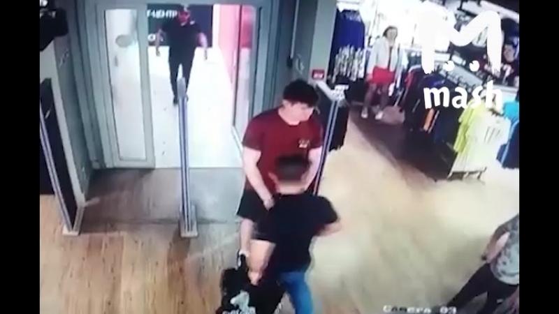 Массовая драка в магазине Adidas в Москве Бородатые воры раскидывают охрану и уносят несколько пар треников Компания