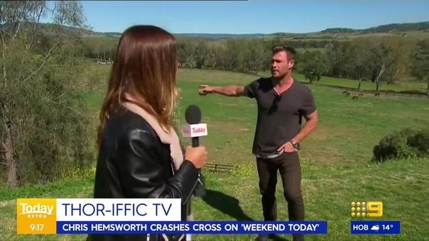 Корреспондентка австралийского «Channel 9» Лорен Филлипс в прямом эфире рассказывала о погоде в городе Скон, когда в кадр влез прохожий. Им оказался актёр Крис Хемсворт. Он взял текст