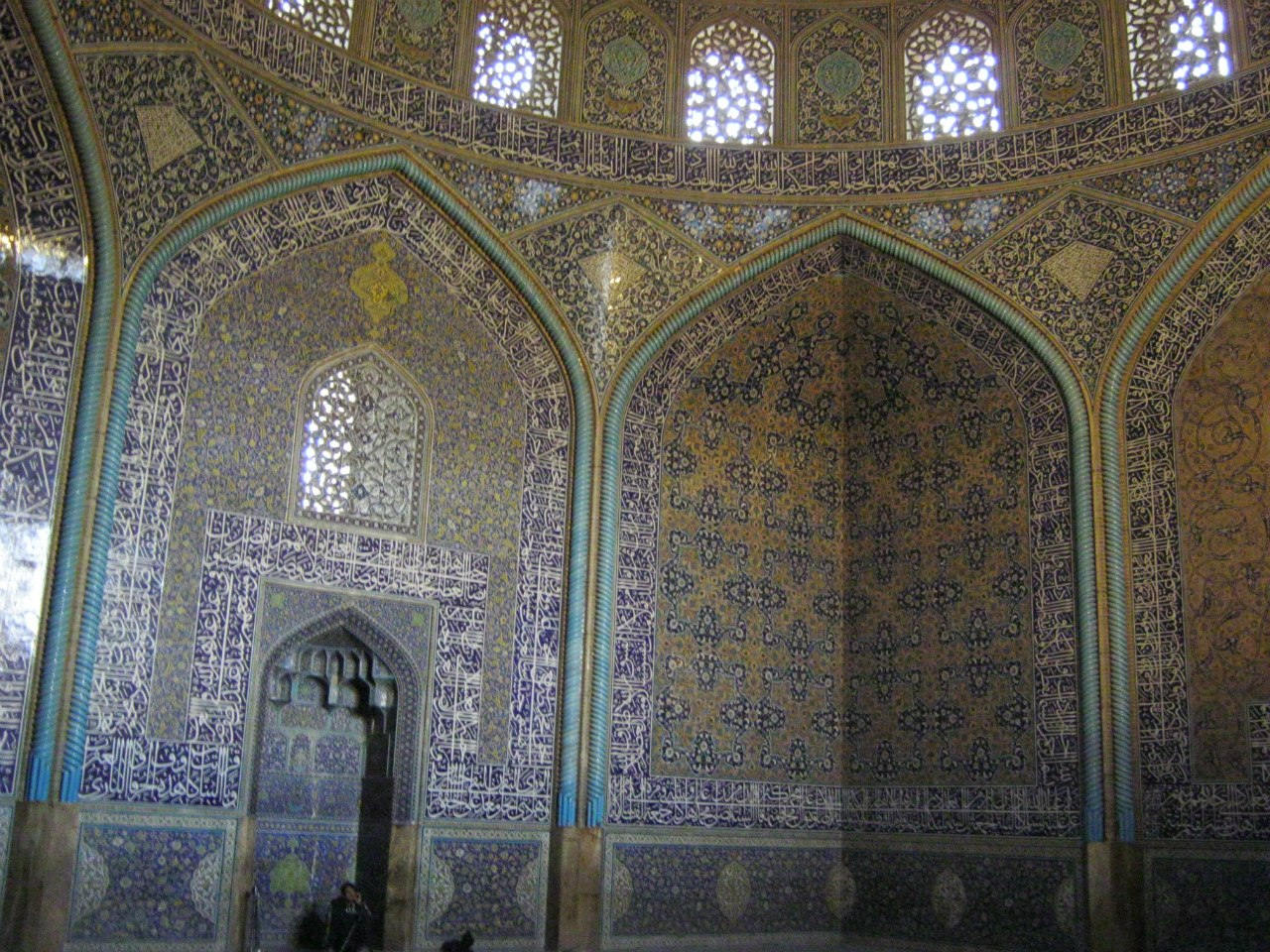 внутри мечети главного базара в Исфахане
